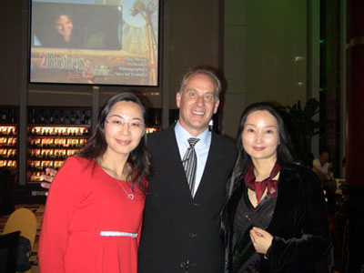 A foreign man with beautiful Shenzhen women.